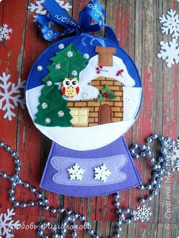 Уже неделя, как наступил Новый год, самый любимый праздник. Всегда вспоминается из детства Дед Мороз из ваты и волшебный шар. Когда его берешь в руки, трясешь, начинает сыпаться снег.  Вот почти такой шар попробовала сделать, его  диаметр 12 сантиметров по совместительству это домик, в котором живет Мышонок.