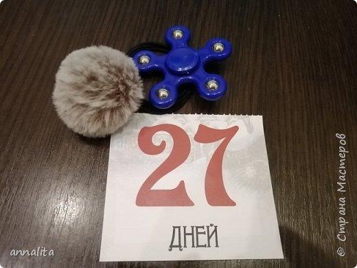 Про календарь в целом писала здесь ( https://stranamasterov.ru/node/1190390 ) Ну что же, начну описывать календарь по дням. Во-первых, из-за того, что календарь отрывной, подарки класть некуда. Я решила, что дети будут искать подарки. Но и не все задачки могли поместиться на отрывном листочке. Поэтому они сначала по подсказке искали задачку, из которой узнавали место с подарками. Задачки, конечно же решала старшая, но младшему очень нравилось искать. И именно он первым после пробуждения бежал к календарю, будил сестру, чтобы она прочитала, что же там написано. фото 13