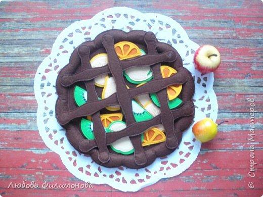 Наш пирог на удивленье Получился — загляденье! Просто чудо — не стряпня, Угощайся вся родня! (Т. Лаврова) Сегодня хочу вас угостить вкусным фруктовым пирогом, который совсем не повредит вашей фигуре. Сделан он из моего любимого фетра
