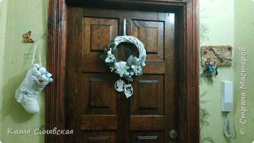 Мои новогодние веночки. Беленький висит на входной двери. фото 2