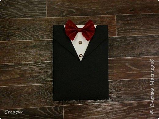 """Вот ещё одна идея воплотилась в жизнь. На этот раз попросили создать оригинальную упаковку для подарка мужчине. За основу взята коробка с крышкой. Для костюма использовался листовой картон. Бабочка из флористической бумаги. Пуговицы настоящие. Внутри коробка """"выложена"""" гофрированной бумагой.  фото 1"""