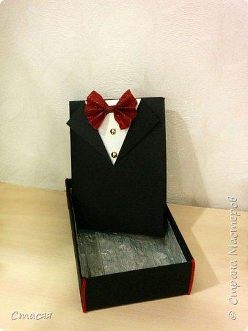 """Вот ещё одна идея воплотилась в жизнь. На этот раз попросили создать оригинальную упаковку для подарка мужчине. За основу взята коробка с крышкой. Для костюма использовался листовой картон. Бабочка из флористической бумаги. Пуговицы настоящие. Внутри коробка """"выложена"""" гофрированной бумагой.  фото 2"""