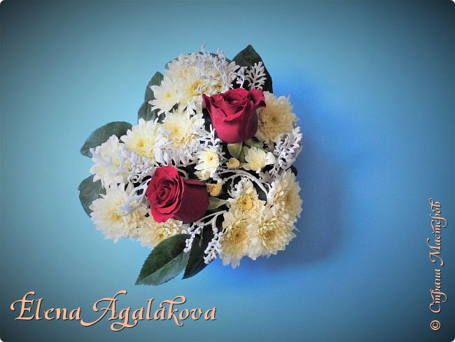 Добрый день! Сегодня я к вам снова с композициями из цветов. На этот раз на День Всех Влюбленных. Зимой особенно хочется цветов и красок! Люблю цветы, травки-муравки, деревья и вообще все растения. Очень увлекательно работать с цветами! Я взяла небольшой курс по цветочному дизайну. Дома делаю аранжировки из того что под рукой, беру цветы которые найду, даже полевые и из своего садика. Сейчас у нас холодно, но как же радуют цветы дома! Люблю использовать разные веточки, травинки... Некоторые оранжировки из цветочного магазина где я работаю. Делюсь красотой!