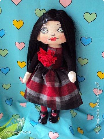 Добрый день, друзья!    Вот такая куколка появилась в подарок для девушки. Пожелания были : куколка с зелеными глазами и темными волосами. фото 1