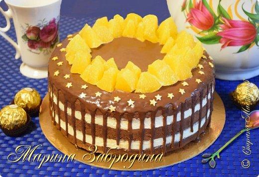 """Друзья, привет!! Сегодня готовлю вкусный и красивый шоколадный торт. Это воздушный бисквит, пропитанный апельсиновым сиропом и нежный апельсиновый крем. Праздничная выпечка на вашем столе!  Желаю всем приятного аппетита и хорошего настроения! Благодарю за просмотр, заходите на мой ютуб канал, там Вы найдете много проверенных видео - рецептов которые легко приготовить! Также жду Ваши фото в группе """"Марина Забродина"""" ВКонтакте 😊  Продукты для бисквита (форма 20-22 см): Яйца куриные 5 шт. Сахар 150 гр. Мука пшеничная высшего сорта 90 гр. Какао-порошок 35 гр. Соль 1 щепотка  Апельсиновая пропитка: Сок апельсина - 100 мл. Вода - 50 мл. Сахар - 60 гр.  Апельсиновый крем: 280 гр. сливочного творожного сыра 230 мл. сливки (не менее 33-35%)  100 гр. сахарной пудры  8 гр. ванильного сахара (1 пакетик) 1 ч.л цедры апельсина  Шоколадный ганаш: 60 мл. сливки 10-20 % 50 гр. темного шоколада 1 апельсин для украшения"""