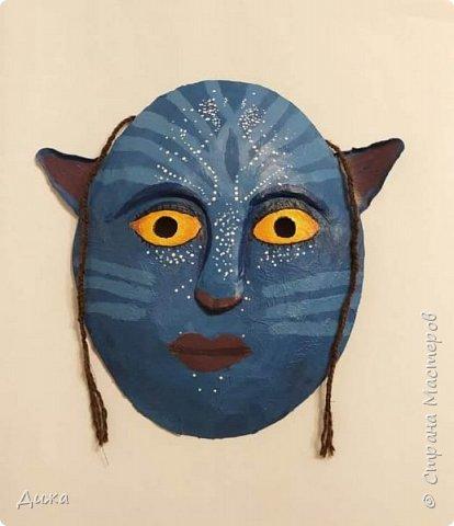 """Всем огромный приветик! Хочу показать вам маску, которую я сделала на зимний конкурс """"Новогодний маскарад"""", организованный Викторией https://stranamasterov.ru/node/1186592.  Это маска На'ви  На'ви это вымышленная гуманоидная раса, населяющая планету Пандора в художественном фильме """"Аватар"""" Маска выполнена по технике папье-маше  Самую первую маску по этой технике я сделала и показал вот здесь подробно https://stranamasterov.ru/node/1119143 фото 1"""