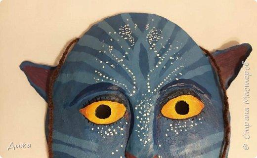 """Всем огромный приветик! Хочу показать вам маску, которую я сделала на зимний конкурс """"Новогодний маскарад"""", организованный Викторией https://stranamasterov.ru/node/1186592.  Это маска На'ви  На'ви это вымышленная гуманоидная раса, населяющая планету Пандора в художественном фильме """"Аватар"""" Маска выполнена по технике папье-маше  Самую первую маску по этой технике я сделала и показал вот здесь подробно https://stranamasterov.ru/node/1119143 фото 2"""