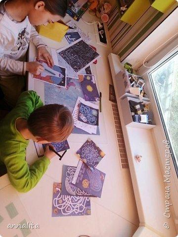 Здравствуйте все! С праздником! Сегодня решила своим детям устроить развлекательно-развивающую программу. Мы отправились в космическое путешествие. Что касается путешествия, то решила что будем путешествовать по планетам. Вдохновившись мультфильмов Робот Робик, решила, что каждый вид задания будет планетой. Все задания я разделила на группы - лабиринты, раскраски, задачки, рисунок по точкам и т.п.  А также все задания были подготовлены в двух комплектах - для двух детей, так как возраст отличается и младшему будет трудно делать задания старшей и наоборот. Но в процессе концепция поменялась и планетами стали места, где были спрятаны задания.  фото 4