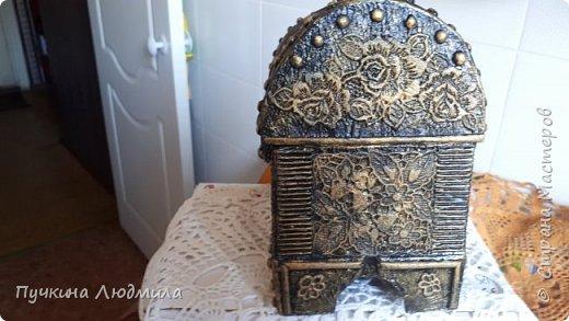 Сделала себе новый сундучок...картонная коробка, украшение  кружева, горох, гофрокартон, фурнитура - бронза.... Вид спереди.... фото 5