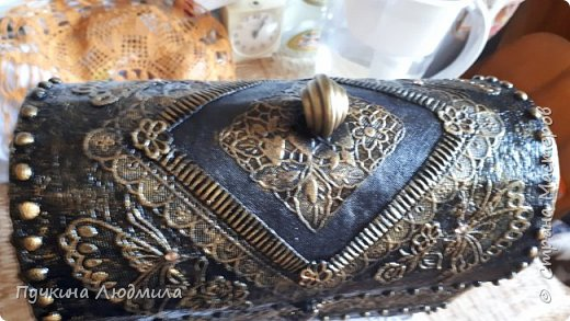 Сделала себе новый сундучок...картонная коробка, украшение  кружева, горох, гофрокартон, фурнитура - бронза.... Вид спереди.... фото 6