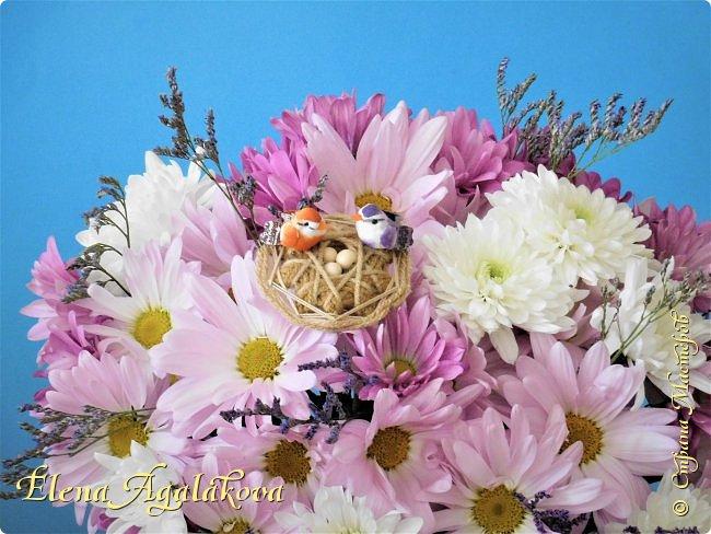 Добрый день! У нас в Калгари в этом году зима не хочет уходить и сегодня идет снег и все еще лежат сугробы... поэтому особенно хочется цветов и красок! Я уже третий год занимаюсь цветочным дизайном. Очень люблю цветы, травки-муравки, деревья и вообще все растения. Очень увлекательно работать с цветами! Дома делаю оранжировки из того что под рукой, беру цветы которые найду, даже полевые и из своего садика. Конечно сейчас цветов в садике нет, но есть разные веточки, травинки... использую цветы из цветочного магазина где работаю. Делюсь красотой! фото 16