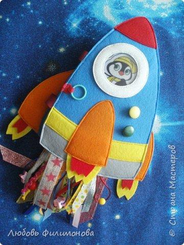 """Встречайте моя новая игра  """"Ракета"""", размер ее 18*20 сантиметров. Управляют ей два космонавта Лисенок и Волчок -  это пальчиковые игрушки..  В ракете есть иллюминатор (рамка), можно менять картинку, вставить изображение любого героя или фото ребенка.  фото 1"""