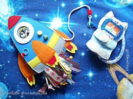 """Встречайте моя новая игра  """"Ракета"""", размер ее 18*20 сантиметров. Управляют ей два космонавта Лисенок и Волчок -  это пальчиковые игрушки..  В ракете есть иллюминатор (рамка), можно менять картинку, вставить изображение любого героя или фото ребенка.  фото 8"""