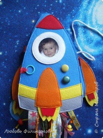 """Встречайте моя новая игра  """"Ракета"""", размер ее 18*20 сантиметров. Управляют ей два космонавта Лисенок и Волчок -  это пальчиковые игрушки..  В ракете есть иллюминатор (рамка), можно менять картинку, вставить изображение любого героя или фото ребенка.  фото 2"""