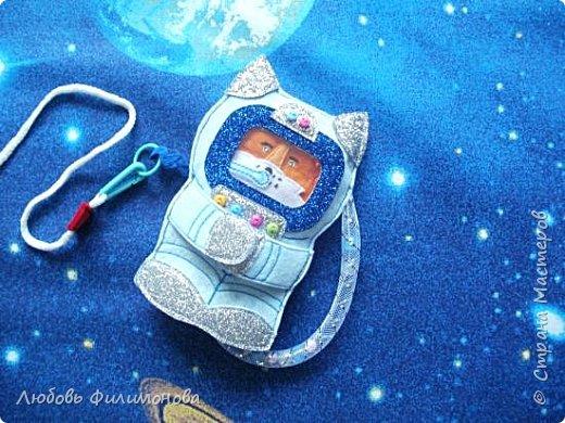 """Встречайте моя новая игра  """"Ракета"""", размер ее 18*20 сантиметров. Управляют ей два космонавта Лисенок и Волчок -  это пальчиковые игрушки..  В ракете есть иллюминатор (рамка), можно менять картинку, вставить изображение любого героя или фото ребенка.  фото 9"""