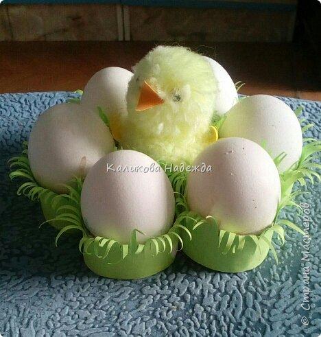 Вот в такой травке будут лежать пасхальные яйца. А делать мы будем подставку из картонных трубочек от туалетной бумаги. фото 1