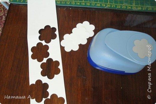 Вот для такой ветки мне нужны стали бумажные цветы. Подходящего размера в запасе нет, значит нужно сделать.  Взяла белую акварельную бумагу, акварельные краски, нитки № 10 (толстые), клей ПВА и типа Дракон, манную крупу, ручку с круглым концом (у меня булька, специальная палочка для тиснения, стек) . фото 2