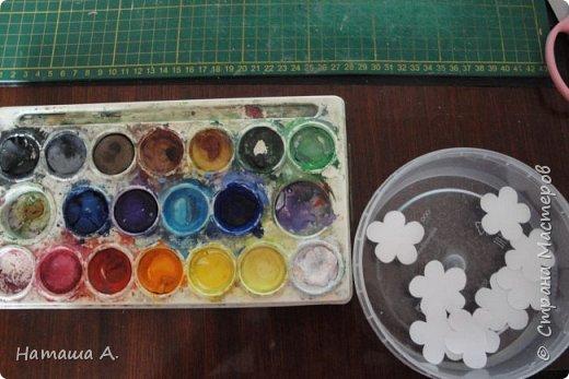 Вот для такой ветки мне нужны стали бумажные цветы. Подходящего размера в запасе нет, значит нужно сделать.  Взяла белую акварельную бумагу, акварельные краски, нитки № 10 (толстые), клей ПВА и типа Дракон, манную крупу, ручку с круглым концом (у меня булька, специальная палочка для тиснения, стек) . фото 7