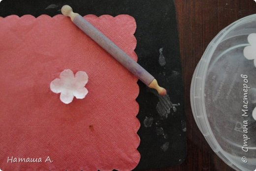 Вот для такой ветки мне нужны стали бумажные цветы. Подходящего размера в запасе нет, значит нужно сделать.  Взяла белую акварельную бумагу, акварельные краски, нитки № 10 (толстые), клей ПВА и типа Дракон, манную крупу, ручку с круглым концом (у меня булька, специальная палочка для тиснения, стек) . фото 8
