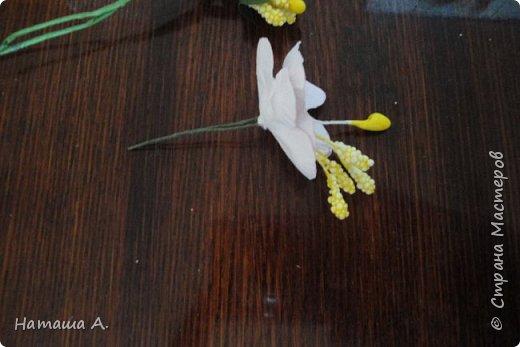 Вот для такой ветки мне нужны стали бумажные цветы. Подходящего размера в запасе нет, значит нужно сделать.  Взяла белую акварельную бумагу, акварельные краски, нитки № 10 (толстые), клей ПВА и типа Дракон, манную крупу, ручку с круглым концом (у меня булька, специальная палочка для тиснения, стек) . фото 19
