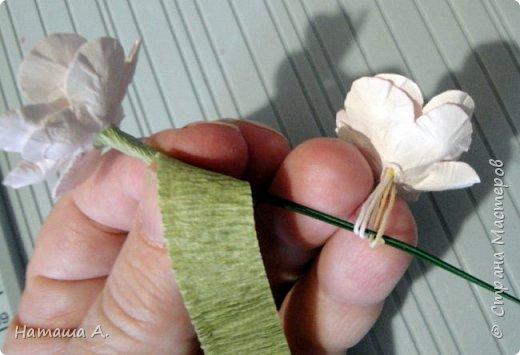 Вот для такой ветки мне нужны стали бумажные цветы. Подходящего размера в запасе нет, значит нужно сделать.  Взяла белую акварельную бумагу, акварельные краски, нитки № 10 (толстые), клей ПВА и типа Дракон, манную крупу, ручку с круглым концом (у меня булька, специальная палочка для тиснения, стек) . фото 26