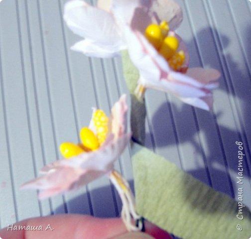 Вот для такой ветки мне нужны стали бумажные цветы. Подходящего размера в запасе нет, значит нужно сделать.  Взяла белую акварельную бумагу, акварельные краски, нитки № 10 (толстые), клей ПВА и типа Дракон, манную крупу, ручку с круглым концом (у меня булька, специальная палочка для тиснения, стек) . фото 28