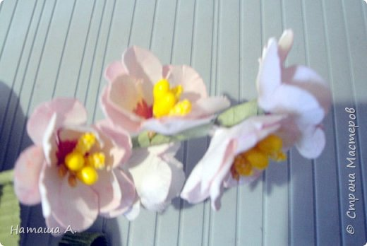 Вот для такой ветки мне нужны стали бумажные цветы. Подходящего размера в запасе нет, значит нужно сделать.  Взяла белую акварельную бумагу, акварельные краски, нитки № 10 (толстые), клей ПВА и типа Дракон, манную крупу, ручку с круглым концом (у меня булька, специальная палочка для тиснения, стек) . фото 29
