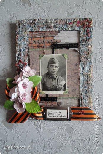 Рамка с памятной фотографией маминого папы. Я его никогда не видела. Воевать он начал еще в Финскую, прошел всю Великую отечественную войну и погиб уже после войны в далеком городе Макаров на Сахалине. фото 19