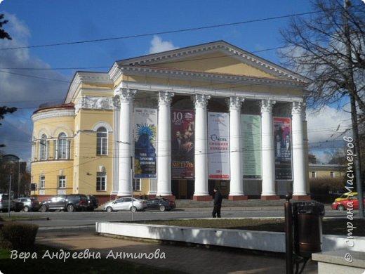 Всем доброго дня! Наконец-то появилось свободное  время, чтобы продолжить свое путешествие по Калининграду, которой я посетила с дочками и внучкой еще начале  марта. И так , после посещения Калининградского зоопарка мы отправляемся гулять по городу. Первой достопримечательностью, которую мы встретили на пути, был Калининградский областной драматический театр.Он построен уже после войны- в 1947 году.  фото 2