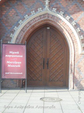 Всем доброго дня! И так мы направляемся в Музей марципанов. Он находится внутри Бранденбургских ворот. Сразу у входа нас приятно удивляет надпись- вход бесплатный. Мы были первыми посетителями в тот день, музей только открылся.