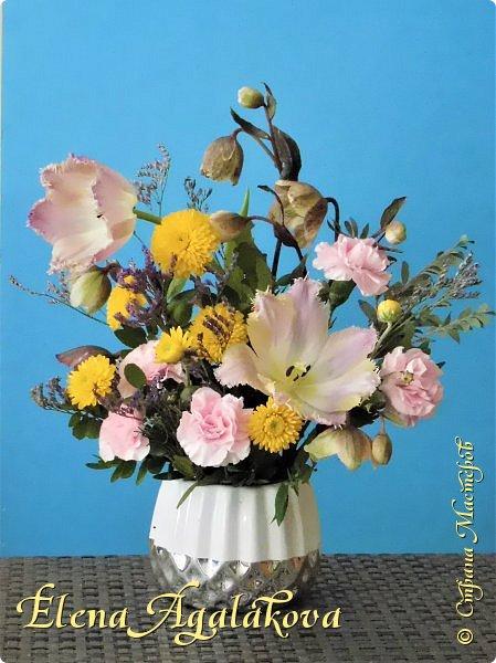Добрый день! У нас в Калгари в этом году весна вступает в свои права очень медленно... поэтому особенно хочется цветов и красок! Я уже третий год занимаюсь цветочным дизайном. Очень люблю цветы, травки-муравки, деревья и вообще все растения. Очень увлекательно работать с цветами! Дома делаю оранжировки из того что под рукой, беру цветы которые найду, даже полевые и из своего садика. Начали появляться первые цветы в моем садике, чему я очень рада, поэтому в композициях можно увидеть и медуницу и примулы и даже пролески...  разные веточки, травинки... использую в основном цветы из цветочного магазина где работаю. Делюсь красотой!   фото 19