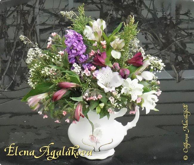 Добрый день! У нас в Калгари в этом году весна вступает в свои права очень медленно... поэтому особенно хочется цветов и красок! Я уже третий год занимаюсь цветочным дизайном. Очень люблю цветы, травки-муравки, деревья и вообще все растения. Очень увлекательно работать с цветами! Дома делаю оранжировки из того что под рукой, беру цветы которые найду, даже полевые и из своего садика. Начали появляться первые цветы в моем садике, чему я очень рада, поэтому в композициях можно увидеть и медуницу и примулы и даже пролески...  разные веточки, травинки... использую в основном цветы из цветочного магазина где работаю. Делюсь красотой!   фото 7