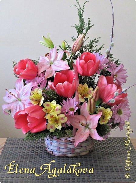 Добрый день! У нас в Калгари в этом году весна вступает в свои права очень медленно... поэтому особенно хочется цветов и красок! Я уже третий год занимаюсь цветочным дизайном. Очень люблю цветы, травки-муравки, деревья и вообще все растения. Очень увлекательно работать с цветами! Дома делаю оранжировки из того что под рукой, беру цветы которые найду, даже полевые и из своего садика. Начали появляться первые цветы в моем садике, чему я очень рада, поэтому в композициях можно увидеть и медуницу и примулы и даже пролески...  разные веточки, травинки... использую в основном цветы из цветочного магазина где работаю. Делюсь красотой!   фото 12
