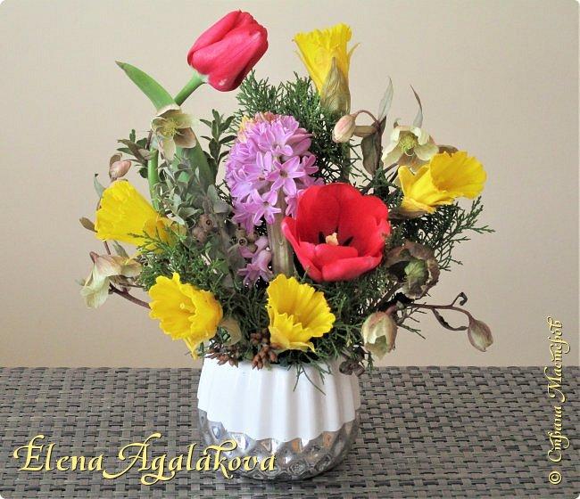 Добрый день! У нас в Калгари в этом году весна вступает в свои права очень медленно... поэтому особенно хочется цветов и красок! Я уже третий год занимаюсь цветочным дизайном. Очень люблю цветы, травки-муравки, деревья и вообще все растения. Очень увлекательно работать с цветами! Дома делаю оранжировки из того что под рукой, беру цветы которые найду, даже полевые и из своего садика. Начали появляться первые цветы в моем садике, чему я очень рада, поэтому в композициях можно увидеть и медуницу и примулы и даже пролески...  разные веточки, травинки... использую в основном цветы из цветочного магазина где работаю. Делюсь красотой!   фото 11