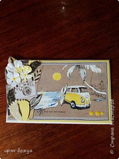 """В июне много дней рождений у друзей и родственников. Очередной подарок в виде поздравительной открытке. Она будет отправлена по почте. Сюжетом открытки послужила почтовая открытка с надписью """"Живи как мечтаешь"""". По-моему хорошее пожелание на день рождение. Открытка для мужчины. Ему исполняется 41 год. В работе использовала вырубки цветов, бумажные перья с упаковочной бумаги, резиновые следы. И подложку прострачила на машинке. Гамму соответственно задала открытка: серо-желтый-крафтовый."""