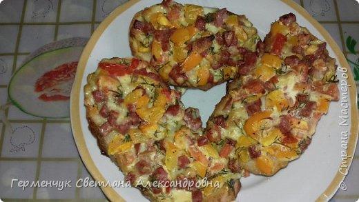 Добрый всем день!!!  Сегодня представляю вам вкусные  горячие бетерброды с помидорами, перцем,колбасой и сыром. Ингредиенты: --батон-10 г -колбаса  варено-копченая -80 г (но можно и другую) твердый сыр-50 г -помидоры-1 шт. -перец-1 шт. -чеснок -1 зубчик -куркума, перец черный - по вкусу зелень- по вкусу майонез-1 ст. л ( можно и сметану с горчицей) -