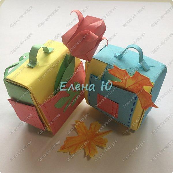 Небольшой (5см х 5 см х 2,5 см), но функциональный  портфельчик может стать отличным сувениром к 1 сентября)