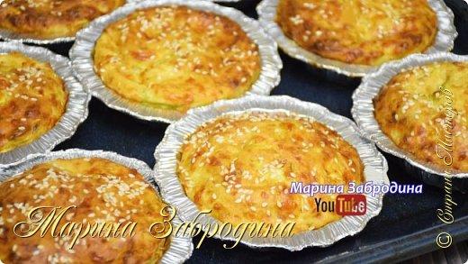 """Аппетитное овощное блюдо из сыра и кабачков. Так кабачки я ещё не готовила, рецепт мне очень понравился.  Все Мастер-Классы с большим количеством фото и подробным описанием рецепта есть на моем канале в ДЗЕН - МАРИНА ЗАБРОДИНА  Ингредиенты (8 шт.): • Кабачки - 2 средних (500 гр.) • Яйцо - 2 шт. • Сметана -140 гр. • Сыр (российский, гауда) - 200 гр. • Мука - 100 гр. • Разрыхлитель - 2 ч. л. • Соль - 1 ч.л • Сушеный чеснок - 1 ч.л • Семечки, кунжут - для декора по желанию  Видео рецепт Вы можете посмотреть тут, нажав сначала на стрелочку, а затем на надпись """"посмотреть на ютуб"""". Я как всегда желаю Вам приятного аппетита, готовьте с удовольствием!"""