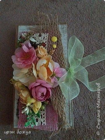 Сделала шоколадницу. Использовала крафткартон, мешковину, кружево, ленты, цветы.