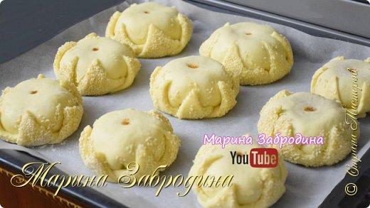 """Здравствуйте! Попробуйте приготовить вот такие замечательные булочки с яблочной начинкой.  Все Мастер-Классы с большим количеством фото и подробным описанием рецепта есть на моем канале в ДЗЕН - МАРИНА ЗАБРОДИНА  Тесто: Мука пш. в/с - 530 гр. Дрожжи сухие - 5 гр. Яйцо - 1 шт. Сахар - 60 гр. Растительное масло - 50 мл. Молоко теплое - 280 мл. Ванильный сахар - 8 гр.  Соль - 1 ч.л  Начинка: яблоки - 600 гр. сахар - 2 ст. л корица - 1 ч.л крахмал - 1,5 ч.л  Для смазки теста: 1 яйцо  Видео рецепт Вы можете посмотреть тут, нажав сначала на стрелочку, а затем на надпись """"посмотреть на ютуб"""". Я как всегда желаю Вам приятного аппетита, готовьте с удовольствием!"""