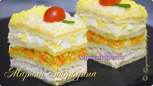 Закусочный Наполеон — это то, что просто готовить и очень вкусно!   Все Мастер-Классы с большим количеством фото и подробным описанием рецепта есть на моем канале в ДЗЕН - МАРИНА ЗАБРОДИНА  Ингредиенты: 1 кг. слоеного бездрожжевого теста 100 гр. сыра 4 яйца 100 -150 гр. мягкий плавленый сыр  1 крупная морковь 2 луковицы 100 мл. бульона 500 гр. куриного филе соль, специи для курицы майонез