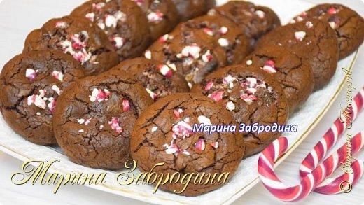 """Готовлю вкусное шоколадное печенье """"Двойной шоколад"""". В его составе шоколад будет не только в тесте, но и внутри. Точно понравится и пригодится всем любителям шоколада!  Все Мастер-Классы с большим количеством фото и подробным описанием рецепта есть на моем канале в ДЗЕН - МАРИНА ЗАБРОДИНА  Тесто: 120 гр. шоколада (я взяла 60 гр. молочного и 60 гр.темного) 110 гр. сливочного масла 2 яйца 180 гр. сахара 130 гр. муки 1 ч.л разрыхлителя 60 гр. какао щепотка соли 120 гр. темного шоколада (измельчить на кусочки) карамель для украшения  Видео рецепт Вы можете посмотреть тут. Я как всегда желаю Вам приятного аппетита, готовьте с удовольствием!"""