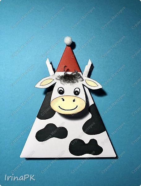 Новый год для многих из нас, пожалуй, самый волнительный и желанный праздник. Это праздник, к которому мы готовимся заранее и ждем с нетерпением. Каждый год он заставляет нас вновь поверить в сказку. Предлагаю Вам сделать индивидуальные поздравительные карточки, обычно их используют на свадьбах для рассадки приглашенных, но у нас они будут треугольные и в виде Бычка – символа наступающего 2021 года. Это могут быть личные пожелания для каждого члена вашей семьи индивидуально, которые будут приятны каждому. Эти поздравления можно расставить на столе, а можно повесить на елку, сделать именными и пусть каждый отыщет свое.  фото 27