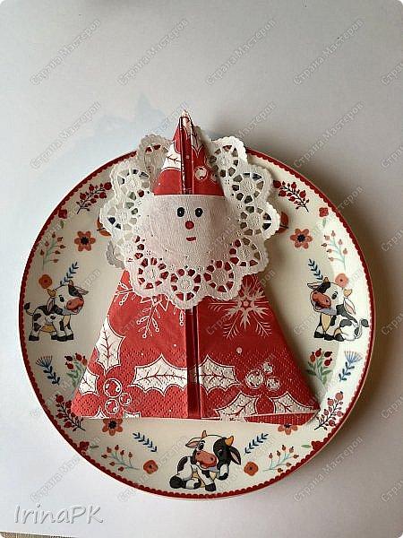 Новый год для многих из нас, пожалуй, самый волнительный и желанный праздник. Это праздник, к которому мы готовимся заранее и ждем с нетерпением. Каждый год он заставляет нас вновь поверить в сказку. Предлагаю Вам сделать индивидуальные поздравительные карточки, обычно их используют на свадьбах для рассадки приглашенных, но у нас они будут треугольные и в виде Бычка – символа наступающего 2021 года. Это могут быть личные пожелания для каждого члена вашей семьи индивидуально, которые будут приятны каждому. Эти поздравления можно расставить на столе, а можно повесить на елку, сделать именными и пусть каждый отыщет свое.  фото 41