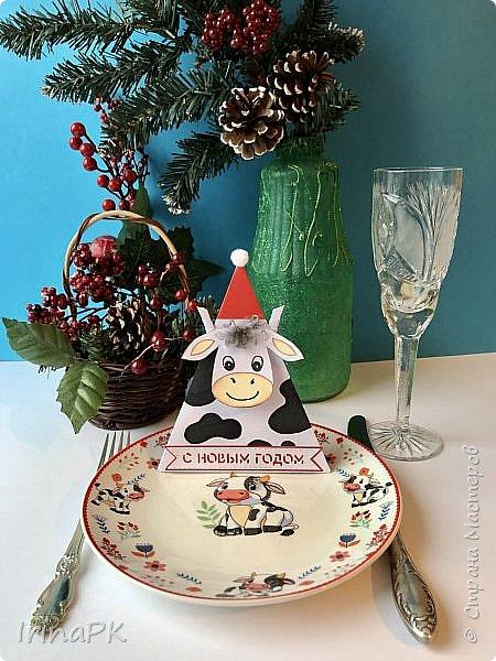 Новый год для многих из нас, пожалуй, самый волнительный и желанный праздник. Это праздник, к которому мы готовимся заранее и ждем с нетерпением. Каждый год он заставляет нас вновь поверить в сказку. Предлагаю Вам сделать индивидуальные поздравительные карточки, обычно их используют на свадьбах для рассадки приглашенных, но у нас они будут треугольные и в виде Бычка – символа наступающего 2021 года. Это могут быть личные пожелания для каждого члена вашей семьи индивидуально, которые будут приятны каждому. Эти поздравления можно расставить на столе, а можно повесить на елку, сделать именными и пусть каждый отыщет свое.  фото 2