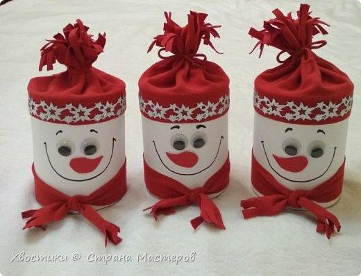 """Банки из-под детского питания НАН обрели вторую жизнь. Они достаточно объемные, чтобы вместить много любимых вкусняшек. Обклеила их белой бумагой для акварели, приклеила на горячий пистолет """"шапочки"""" из ткани, и на него же - такую красивую новогоднюю тесьму. Подвижные глазки, нос из самоклеящейся вспененной резины и шарфик из той же ткани, что и шапочка - дополнили образ снеговичка."""
