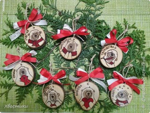 Вот такие новогодние украшения сделала из спилов дерева. Рисунок выжжен, элементы рисунка раскрашены красным перманентным маркером.