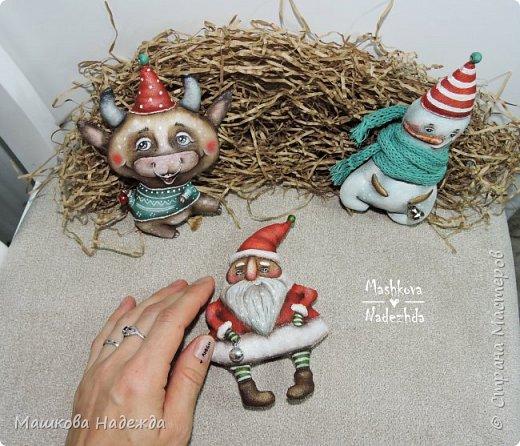 Всем привет!  Хоть Новый год и закончился, все равно покажу вам наборы елочных игрушек ручной работы. Сегодня это компания из Бычка, Деда Мороза и Снеговика. фото 2