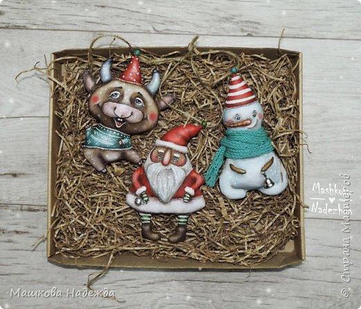 Всем привет!  Хоть Новый год и закончился, все равно покажу вам наборы елочных игрушек ручной работы. Сегодня это компания из Бычка, Деда Мороза и Снеговика. фото 15