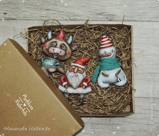 Всем привет!  Хоть Новый год и закончился, все равно покажу вам наборы елочных игрушек ручной работы. Сегодня это компания из Бычка, Деда Мороза и Снеговика. фото 16